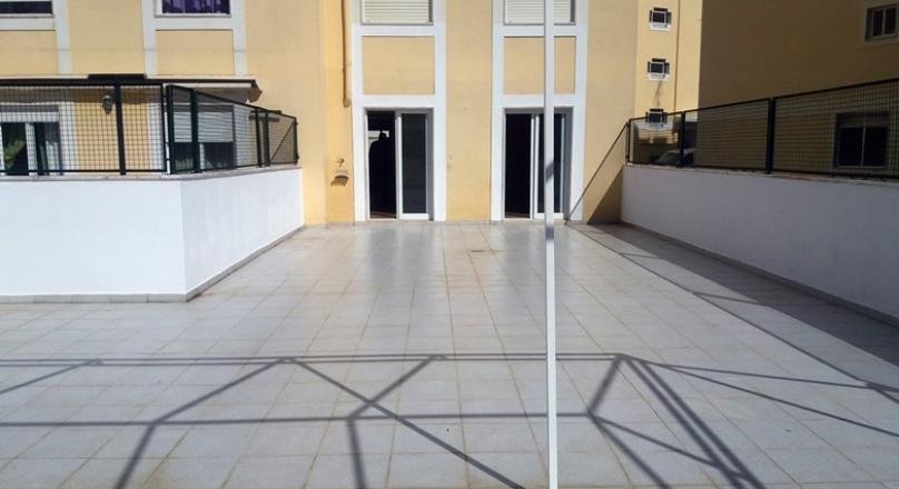 Apartamento remodelado com terraço. Muito soalheiro.